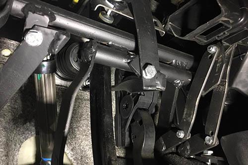 Установка дублюючих педалей на навчальний автомобіль